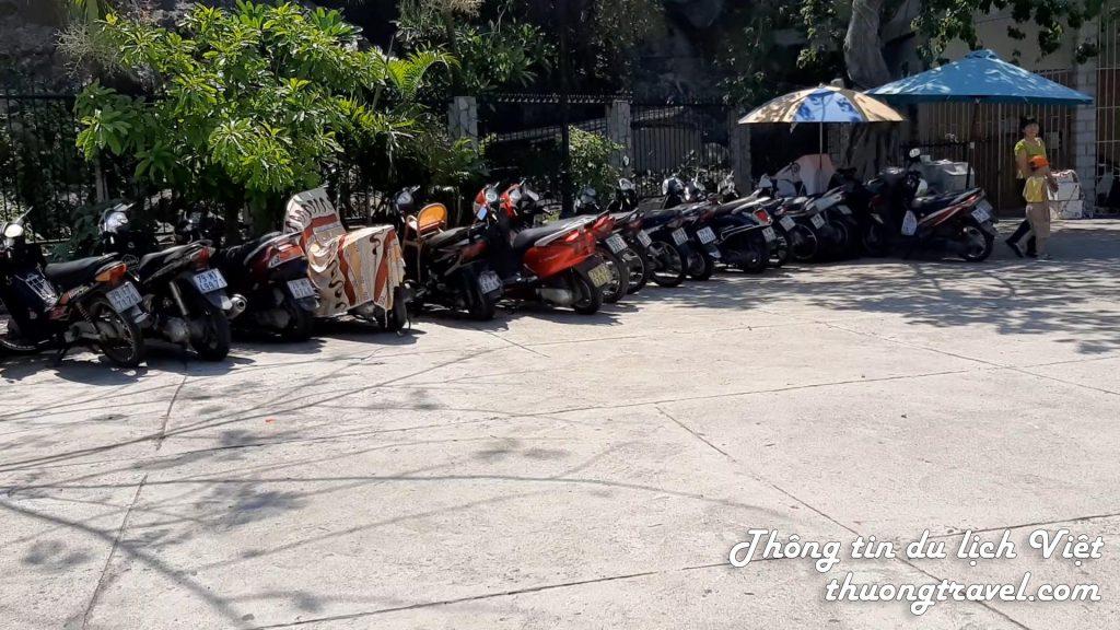 Bãi giữ xe tại nhà thờ Đá Nha Trang