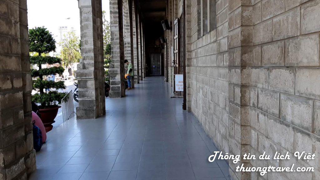 Dãy hành lang bên hông nhà thờ Đá Nha Trang
