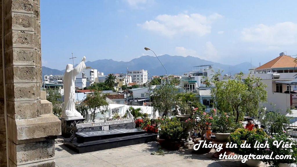 Bên hông nhà thờ Đá Nha Trang nhìn xuống thành phố
