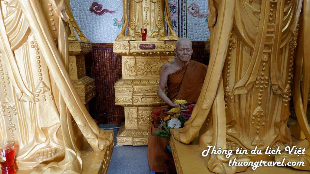 Các vị sư ngồi bên trong Chùa Linh Phước Đà Lạt