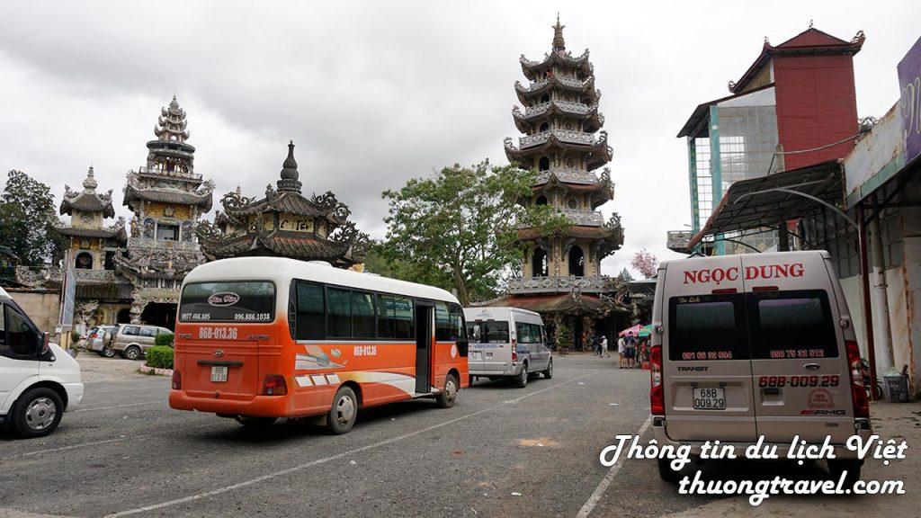 Bãi đỗ xe tại Chùa Linh Phước Đà Lạt