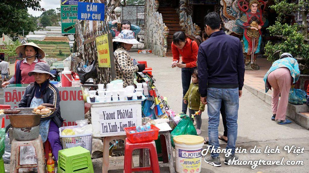 Hàng quán ở chùa Linh Phước Đà Lạt