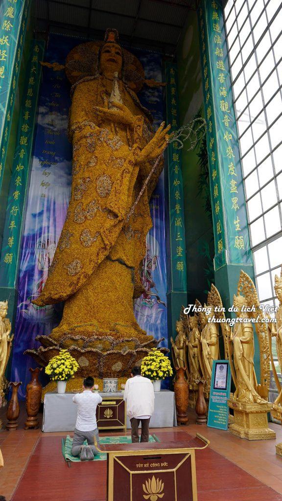 Tượng Phật Quan âm làm từ hoa bất từ tại Chùa Linh Phước Đà Lạt