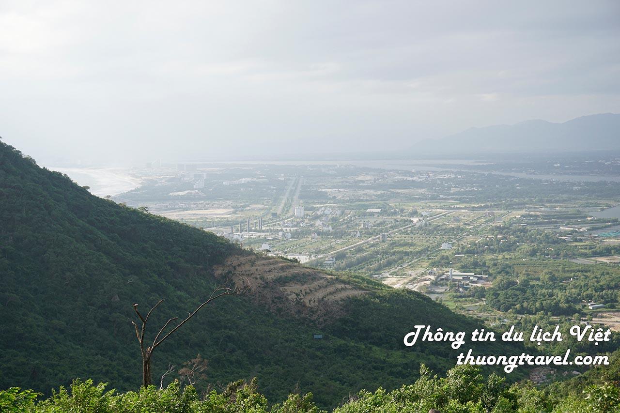 Leo núi Hòn Dồ ngắm toàn cảnh vịnh Nha Trang